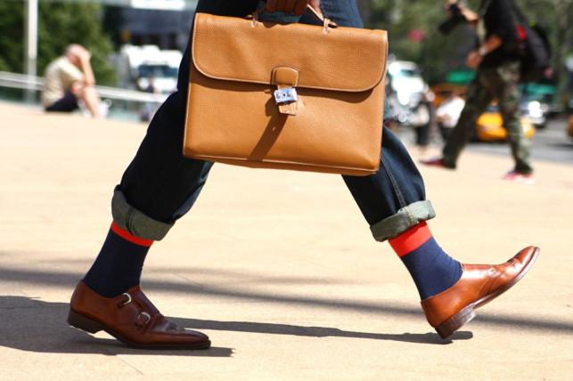 L'uomo con la borsa: pollice su o pollice giù?