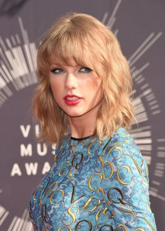 Taylor Swift bob-cut wavy