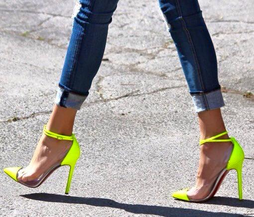 sandali con tacco fluo