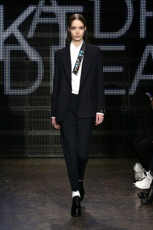 abito maschile con pantaloni neri DKNY