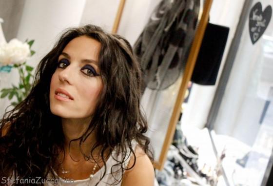 Make-up Chanel blue rhythm look capelli sciolti
