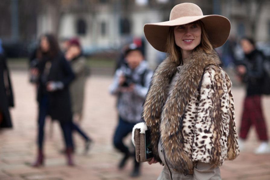 Pelliccia Leopardata e Cappello a Tesa Larga