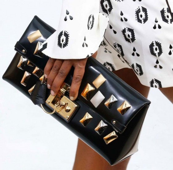 Clutch-con-borchie-Louis-Vuitton