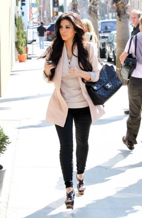Kim-Kardashian-pantaloni-skinny-neri-giacca-sfiancata-rosa-QUARZO