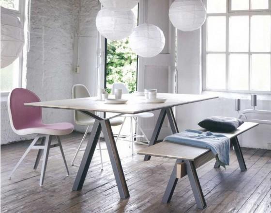 Sala-da-pranzo-con-elementi-rosa-quarzo-e-azzurro-serenity