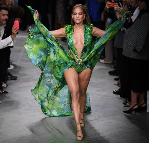 Jungle Jennifer - Jennifer Lopez sfila per Versace