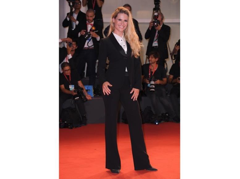Michelle Hunziker con tailleur manlike